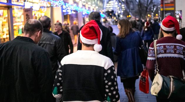 Natale 2013: meno italiani vanno in vacanza. Le famiglie non tagliano però su consumi alimentari e regali.