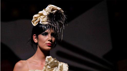 Moda Movie: una elegantissima modella che sfila