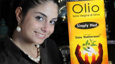 """Olio Extra Vergine di Oliva della Dieta Mediterranea """"Simply Med"""" - nella foto Silvia Lanzafame"""