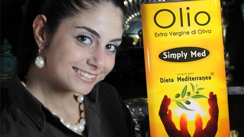 Silvia Lanzafame con l'Olio Simply Med il brand etico 100% Italia dei prodotti della Dieta Mediterranea